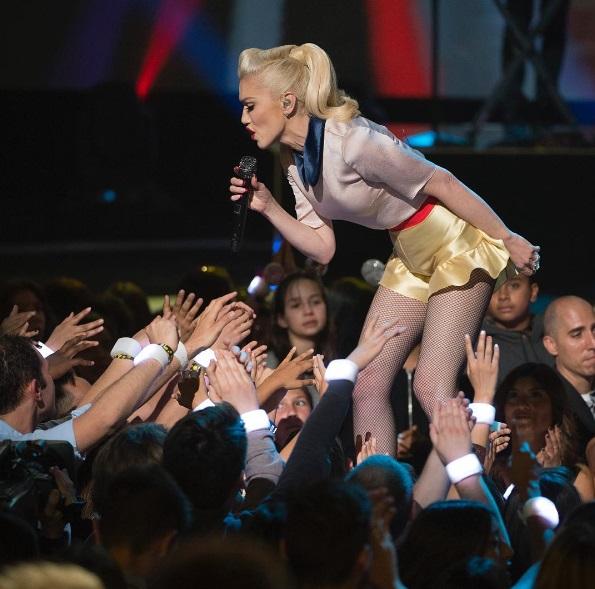 """Gwen Stefani performing """"Make Me Like You"""" at the 2016 Radio Disney Music Awards"""