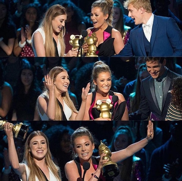 Maddie and Tae winning an Ardy at the 2016 Radio Disney Music Awards