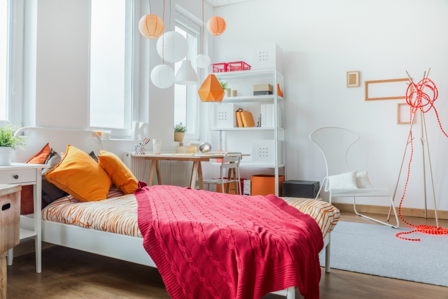 Bedroom decorated with orange and pink decor