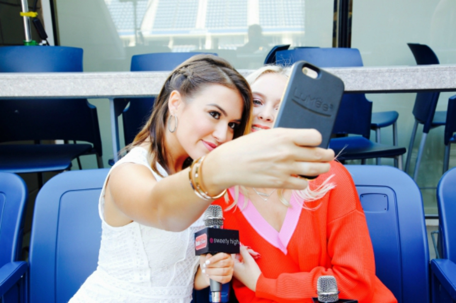 Cassie DiLaura and Zara Larsson taking selfies.