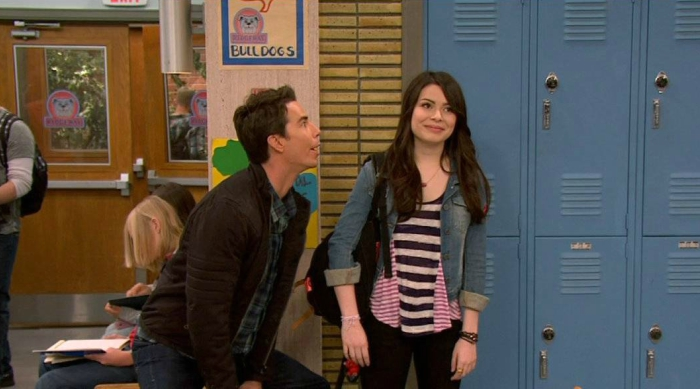 Still of iCarly, Spencer embarrassing Carly at school