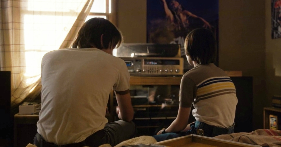 Still from Stranger Things, Will and Johnathan listening to music