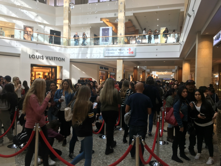 People waiting for Kylie Jenner's Pop Up Shop