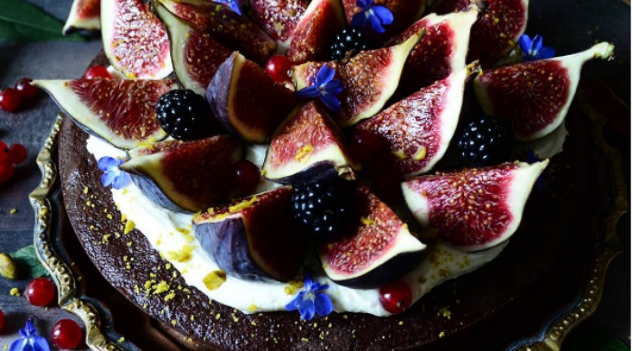 chocolate cake with figs featured