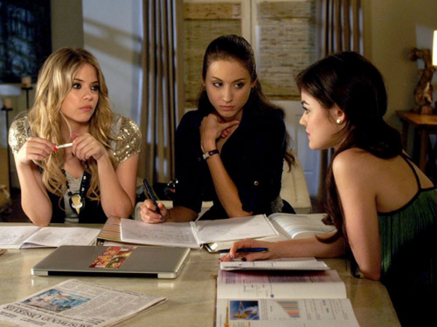 PLL girls Hannah, Spencer and Aria studying together.