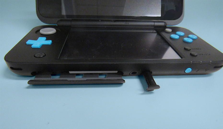New Nintendo 2DS Latch Open and Stylus