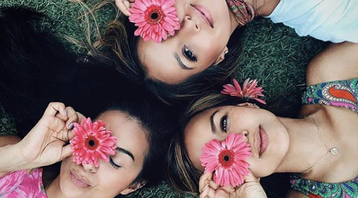 Instagram photos to take before summer is over girls holding flowers to their eyes in a circle