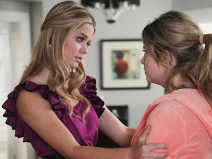 Alison talking to Hannah in a flashback scene on Pretty Little Liars