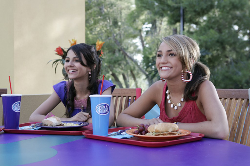 Zoey and Lola eating lunch at Pacific Coast Academy in Zoey 101