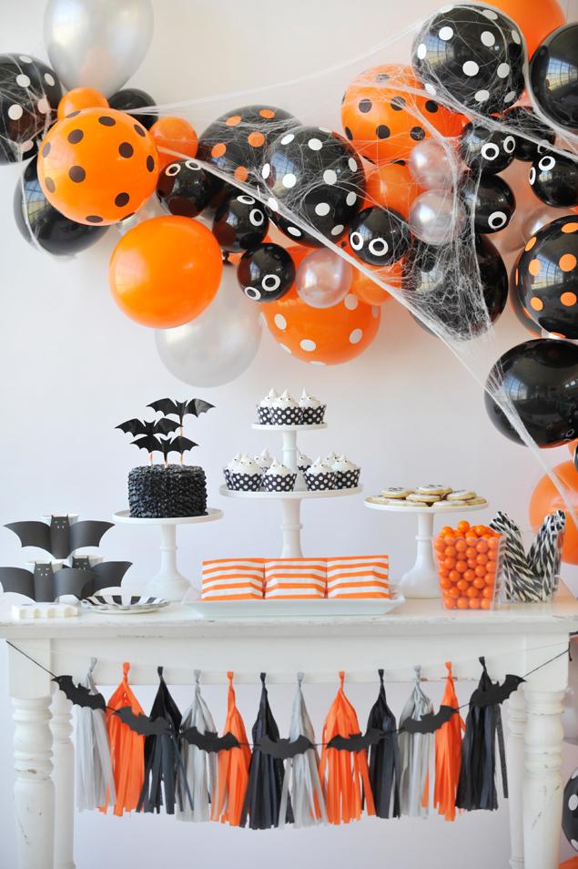 Spooky Halloween balloon garland