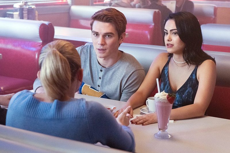 Veronica and Archie talking to Betty at Pop's Chock'Litte Shoppe on Riverdale