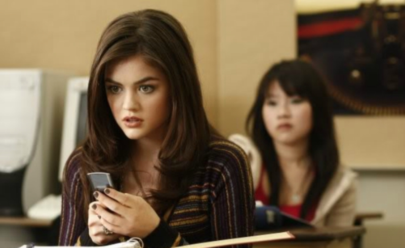 Pretty Little Liars Aria Texting in Class
