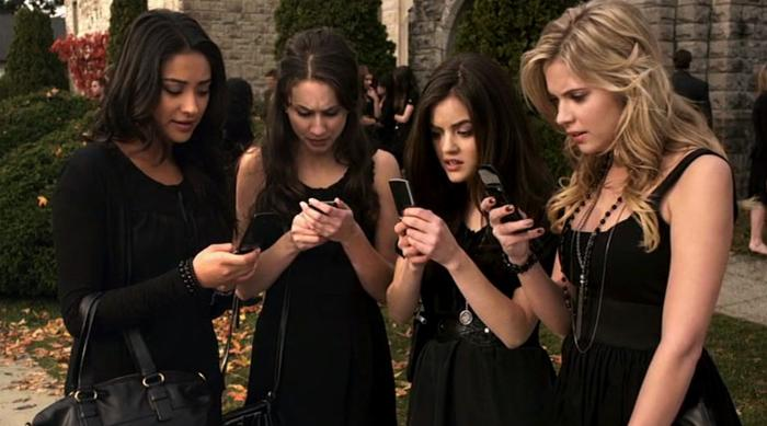 Pretty Little Liars looking at their phones