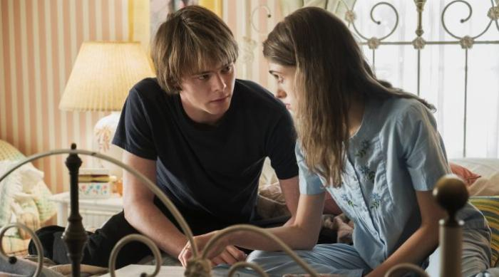 Stranger Things: Jonathan Byers comforts Nancy Wheeler
