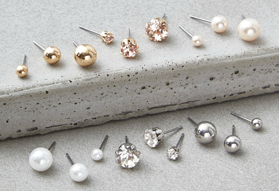 Diamond and pearl studs for perfectionist