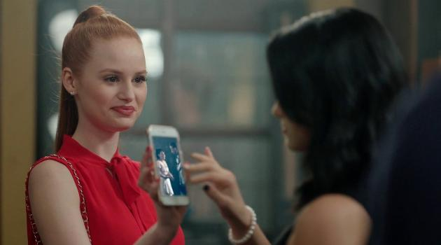 Cheryl showing Veronica video on her phone in Riverdale