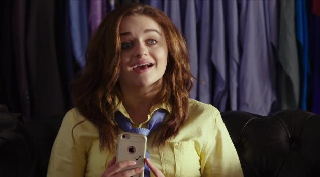 Elle on her phone in The Kissing Booth