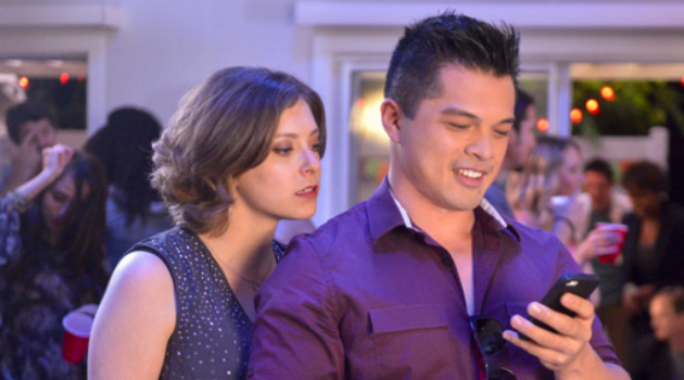 Crazy Ex-Girlfriend: Rebecca looking over Josh's shoulder at his phone
