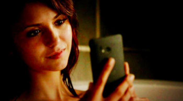 The Vampire Diaries: Elena staring at her phone