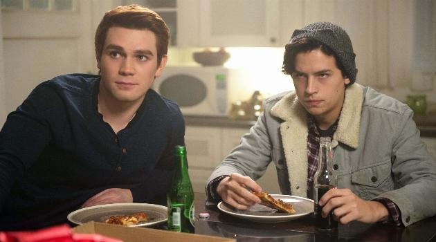 riverdale-archie-and-jughead-eating-pizza-articleH-103118