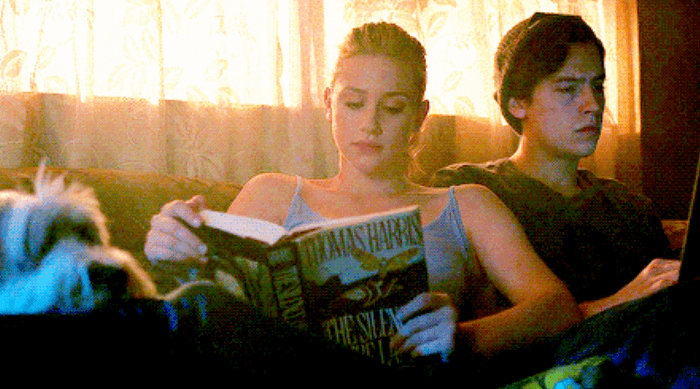 Riverdale: Betty reading a book while jughead is on his computer