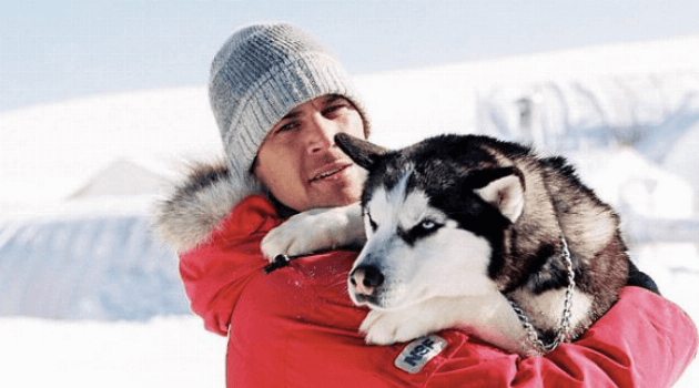 Eight Below: Paul Walker holding a dog