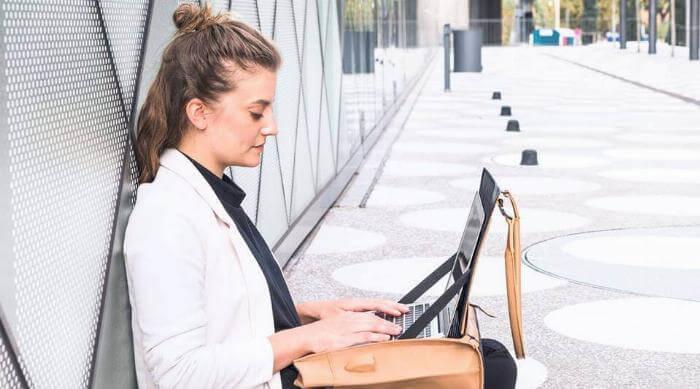 Nomahawk Urban Nomads Bag: Woman working with laptop