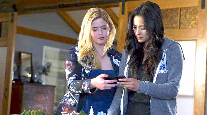Alison and Emily in Pretty Little Liars