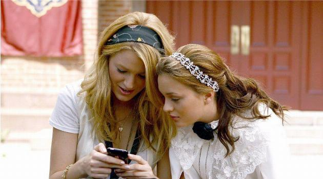 Blair and Serena looking at Serena's phone on Gossip Girl