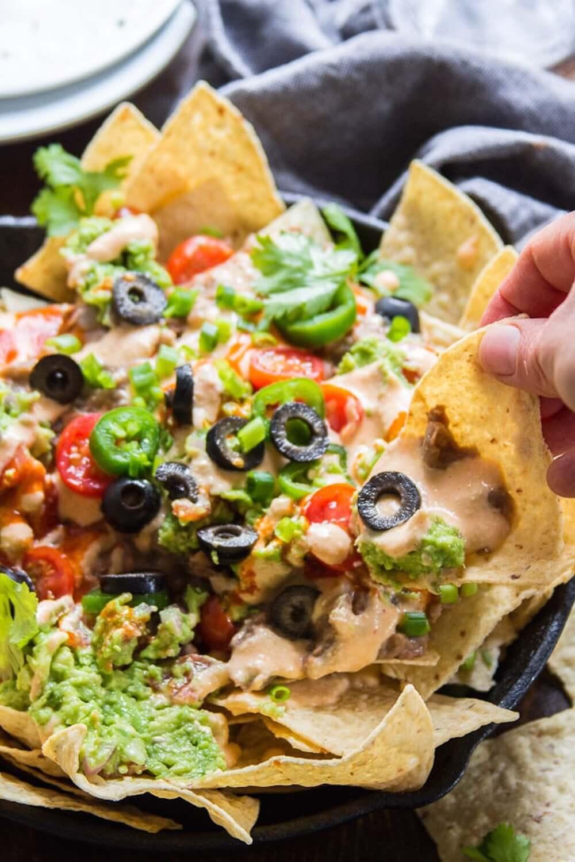 vegan-nachos-with-refried-beans-via-connoisseurus-veg