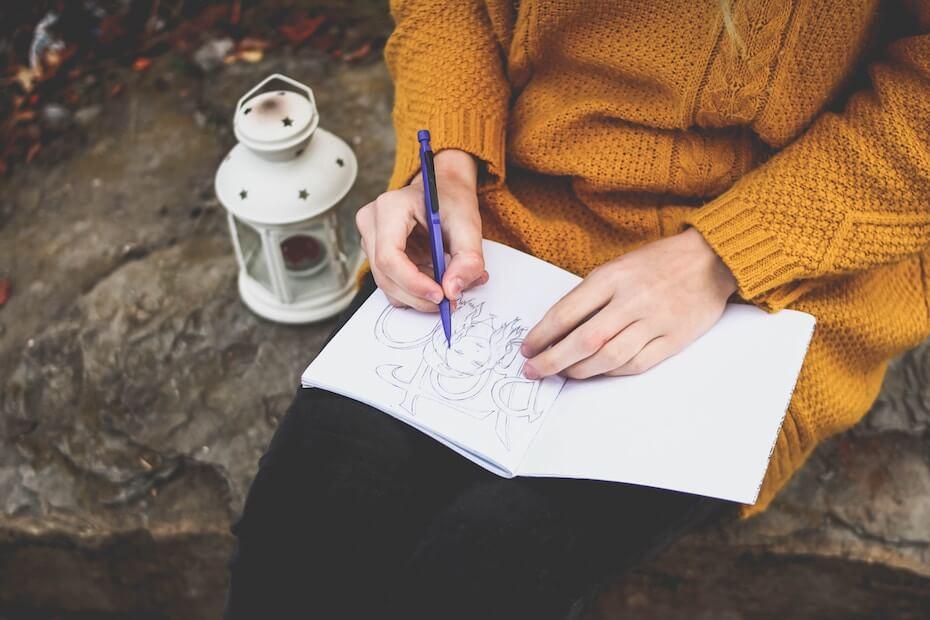 unsplash-daria-tumanova-woman-drawing-sketching-in-lap-121219