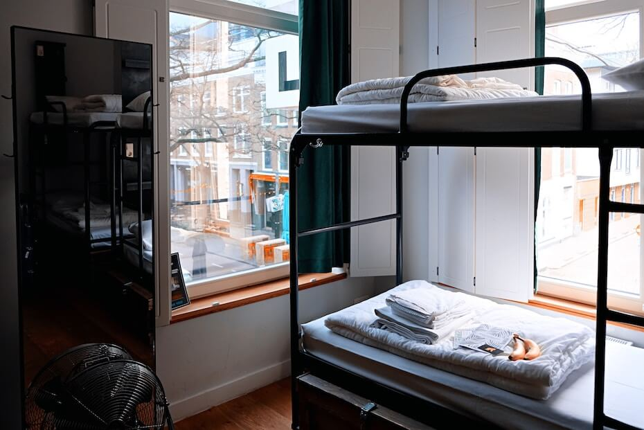 unsplash-marcus-loke-bunk-bed-overlooking-city-122019