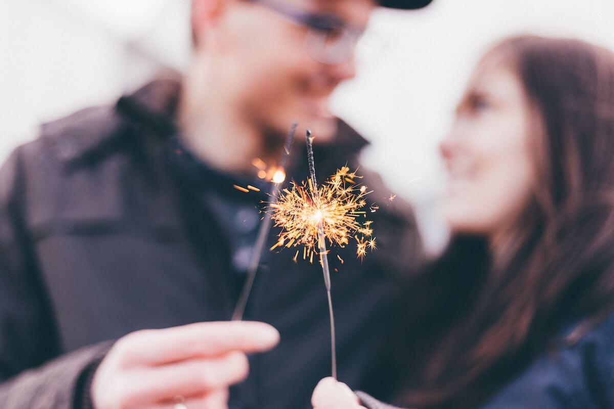 unsplash-priscilla-du-preez-couple-man-woman-new-year-sparklers