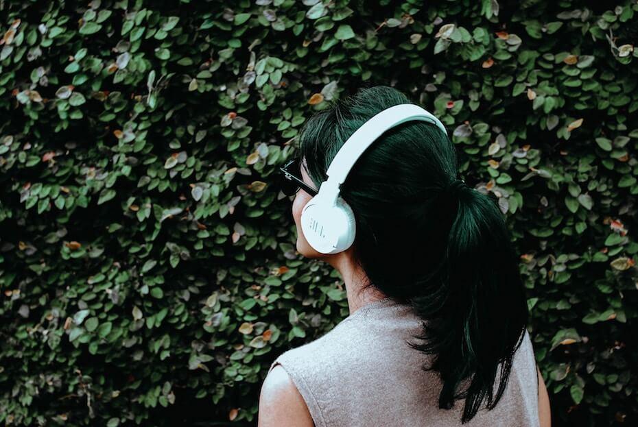 unsplash-rakhmat-suwandi-woman-sunglasses-listening-to-music-headphones-013020