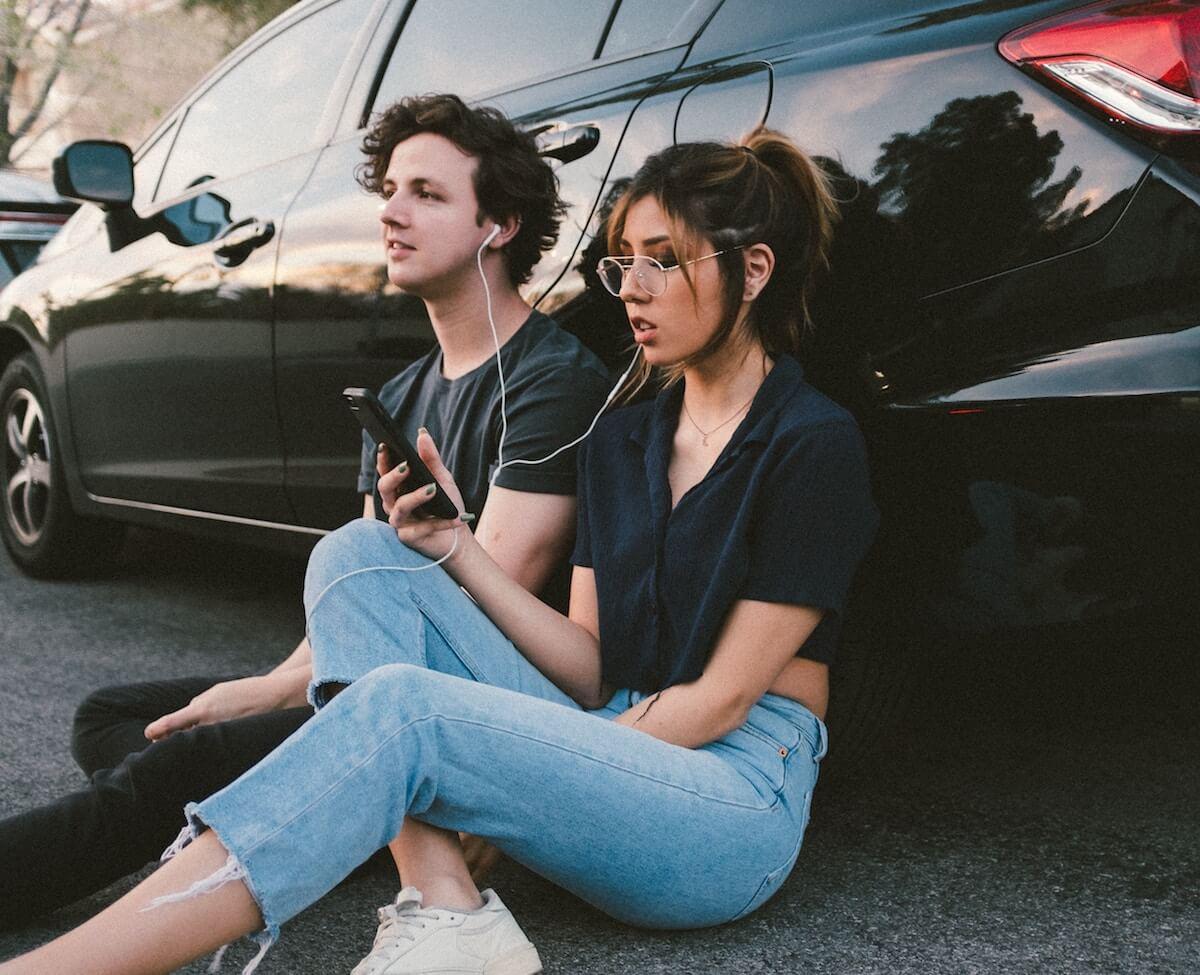 unsplash-wesley-tingey-couple-listening-to-playlist-headphones-music
