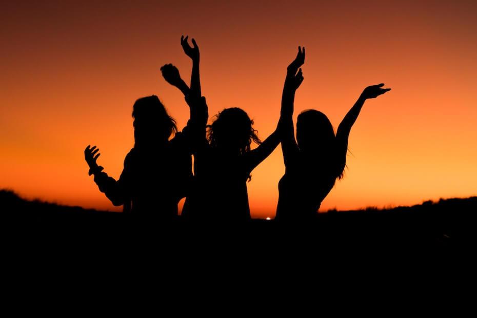 unsplash-levi-guzman-women-silhouette-celebrating-020420