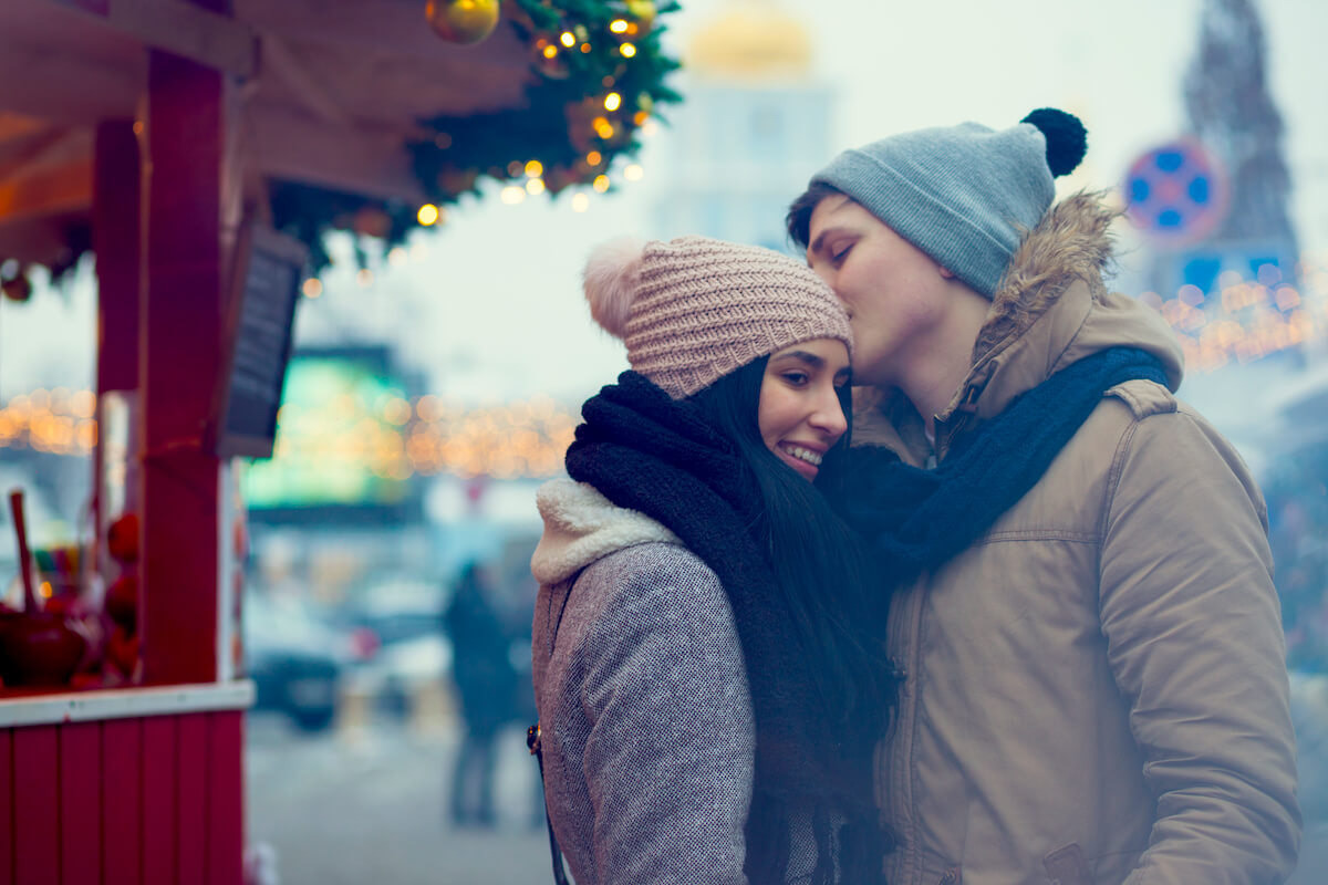 shutterstock-couple-cold-weather-traveling-coffee-stand