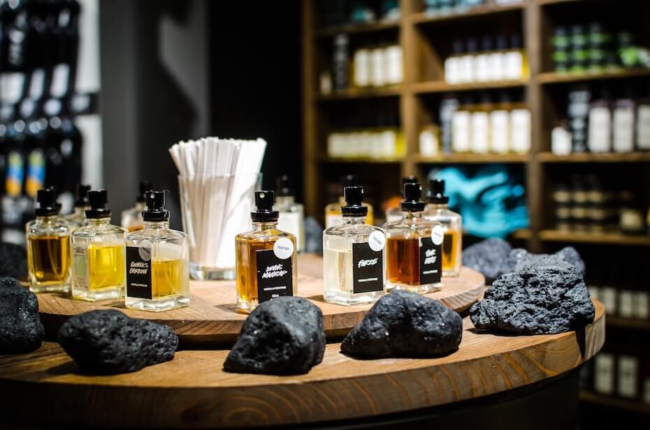 unsplash-trung-do-bao-lush-store-fragrance-bottles-030620
