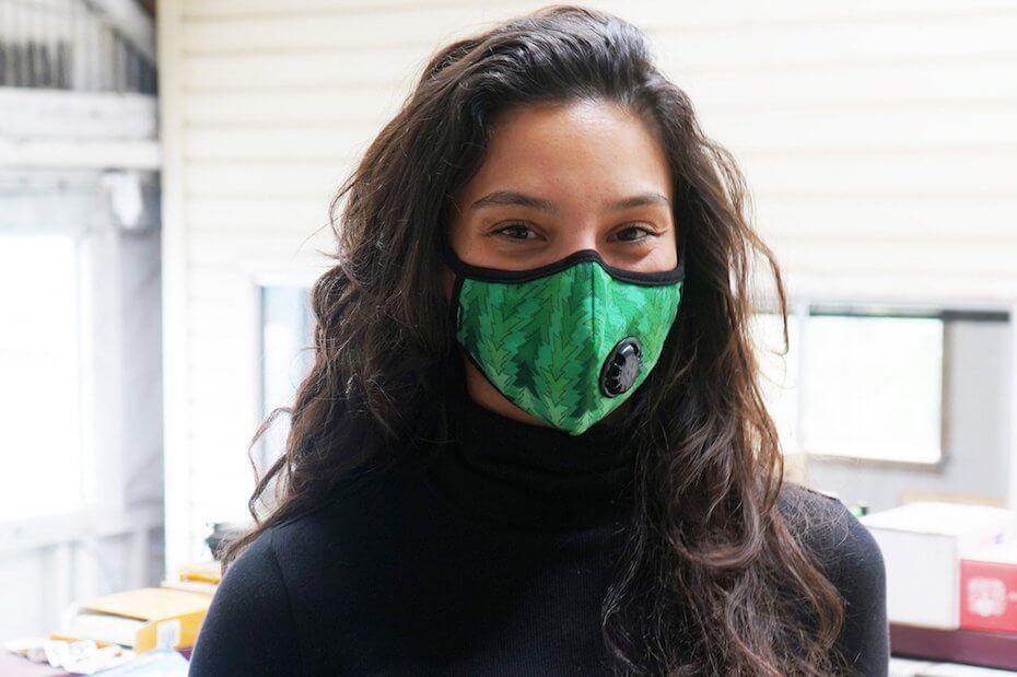Vogmask: Moderl wearing green face mask