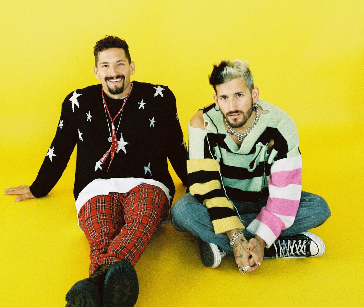 Mau y Ricky yellow background