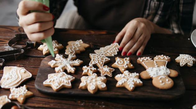 Shutterstock: icing Christmas cookies