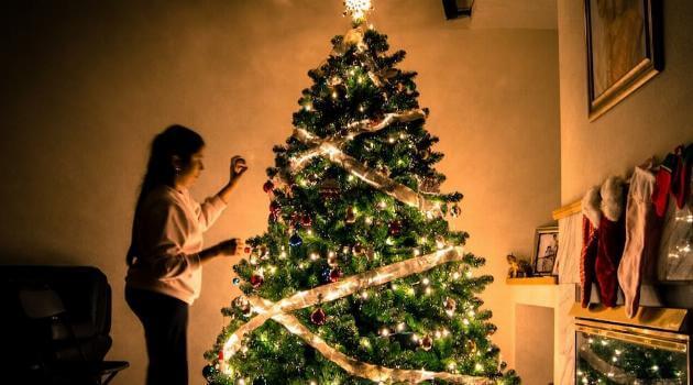 unsplash-arun-kuchibhotla-christmas-tree-lights-woman-decorating-articleH-120720
