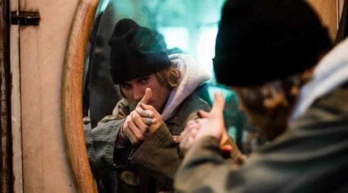 Instagram @justinbieber finger guns in mirror