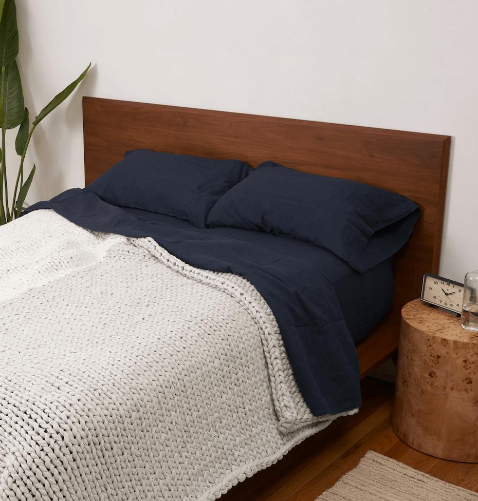 Bearaby Hugger blanket on bed