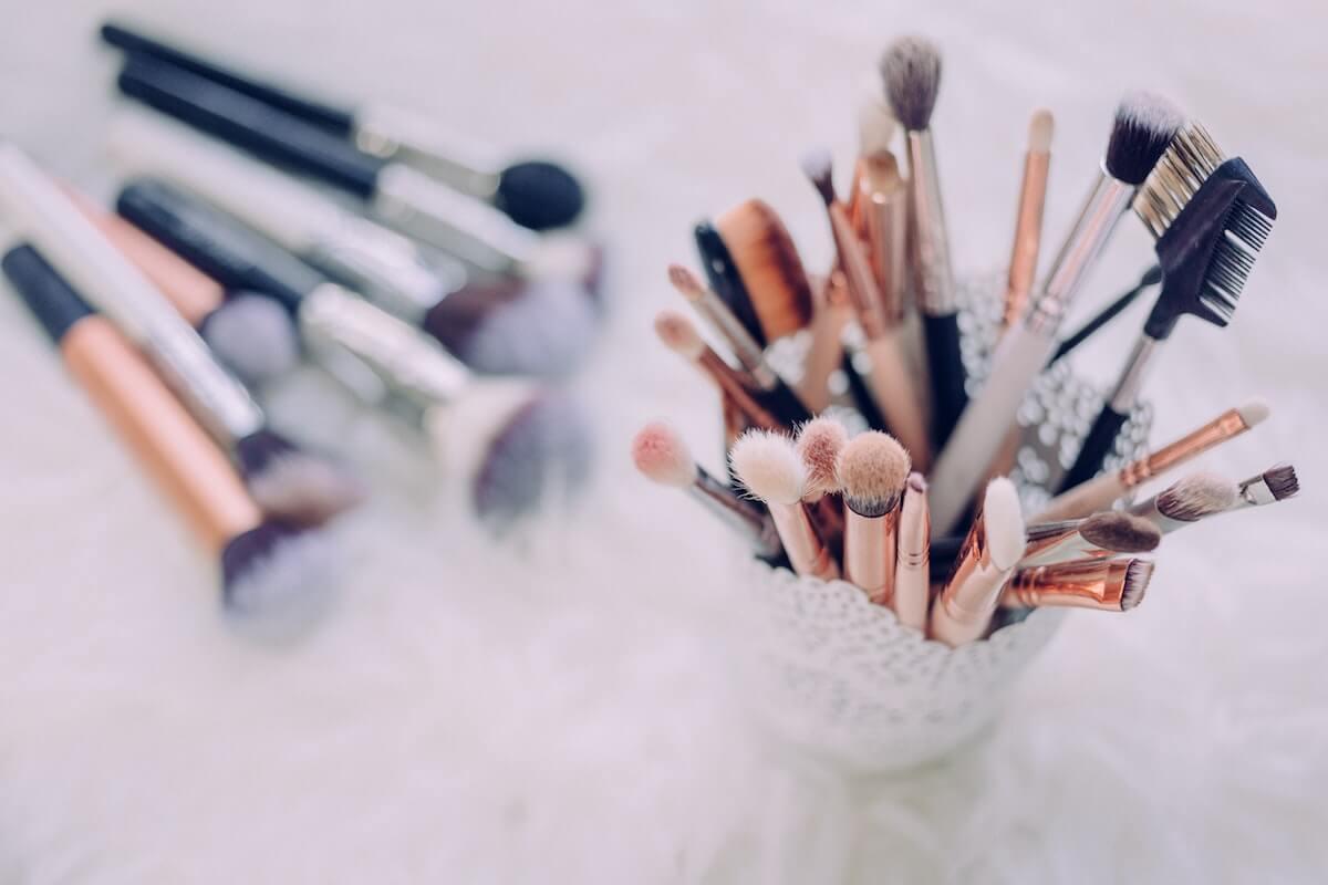 Unsplash: Jar of makeup brushes