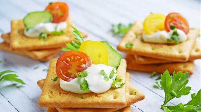 Shutterstock: cheese and crackers
