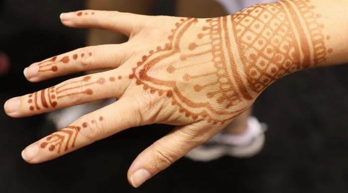 Instagram @earthhenna henna tattoooed hand